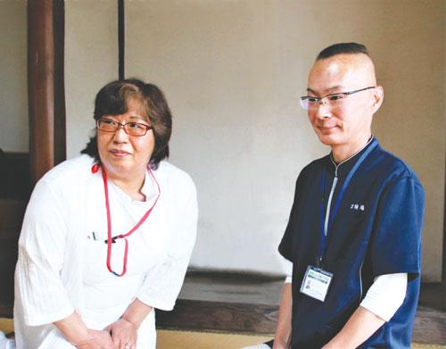 5月に京都市内から十倉名畑町に移住したばかりの森井武志さん(56)と妻・いく代さん(56)。長年の都会生活と仕事に終止符を打って綾部に移住したのは、これまで温めてきた田舎暮らしと「高齢者生活共同運営住宅」の経営という2つの夢を実現させるためだ。森井さんはこの家で高齢者生活共同運営住宅「京綾庵(きょうりょうあん)」を8月にグランドオープンする。高齢者が集まって共同生活を送る「シェアハウス」のようなものだ。介護認定を受けていない人や、要介護2と認定された人までなど、自立生活が可能な人を対象とする。