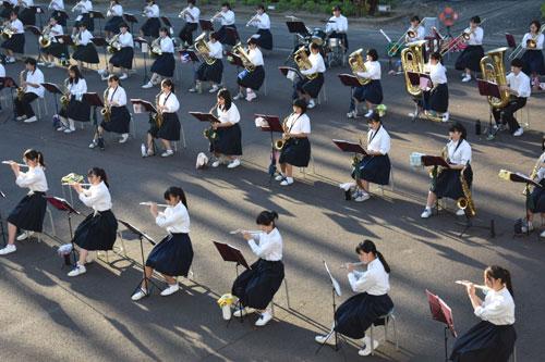 綾部中学校(宮代町、森山幹子校長)吹奏楽部(大槻心咲部長、81人)の第9回サマーコンサートが8月29日夕、同校中庭で催された。今年度は新型コロナ感染拡大の影響で思うように活動ができず、このコンサートが初めての発表会だった。部員たちは残暑厳しい夕日を浴びながらも、初ステージではつらつと演奏を披露した。