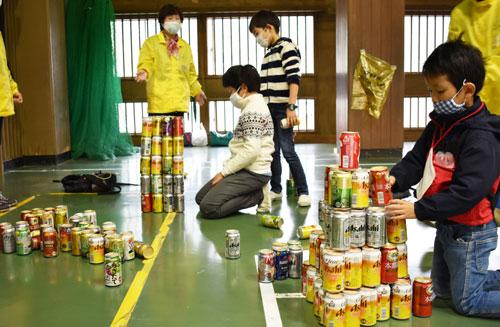 上野町の綾部小学校を会場にして7日、「綾小こどもまつり」(綾部地区民生児童委員協議会・綾小応援団主催)が催され、同校の児童や綾部地区内の未就学の子どもたちが参加し、いろいろな遊びに興じて楽しく過ごした。