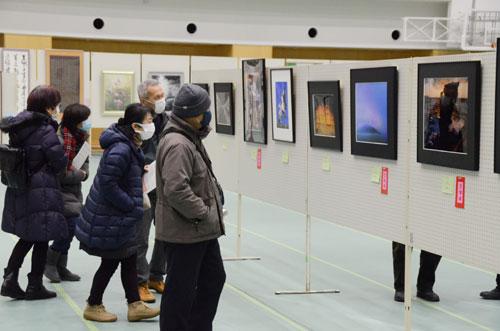西町3丁目の市民センター(あやべ・日東精工アリーナ)で4日から、第37回「市美術展」(市主催)が始まった。昨年から開催をこの時期に変え、子どもたちの作品展「アートフェスタ2021」も併催する形に変更。今年は厳重な新型コロナの感染防止対策をしながらの開幕となったが、初日から多くの市民らが会場を訪れた。展示は7日まで。
