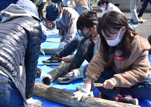 ガールスカウトの中丹ブロック交流会が14日、栗町の市豊里コミュニティセンター前などを会場にして開かれ、綾部の府第38団と福知山、舞鶴の各団から、団員と大人の指導者合わせて35人が参加した。