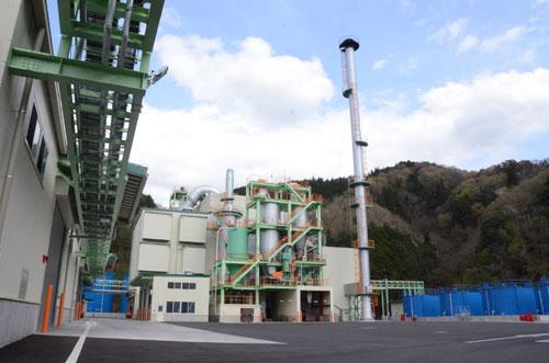 廃油を中心にした油系産業廃棄物のリサイクル事業を行っている喜楽鉱業(本社・滋賀県湖南市、小宮山茂幸社長)が、十倉志茂町に建設していた処理工場が完成し、京都工場としてこのほど稼働した。小宮山社長(48)は「グループ全体で27ある工場のうち、5つ目の基幹工場となる。これで京都における地域密着サービスの一層の充実が可能になった」としている。
