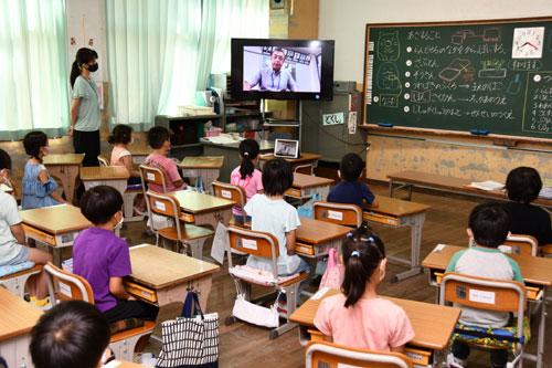 市内の小学校(東綾小と上林小は30日)で27日に2学期の始業式があり、長い夏休みを終えた児童が元気に登校した。新型コロナウイルスの感染拡大による緊急事態宣言が発令されている中、感染予防に細心の注意を払いながらの新学期がスタートした。