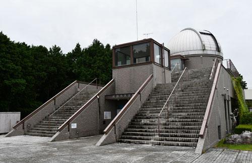 市は、市天文館・パオ(里町)で間もなく大規模なリニューアル工事に入る。外壁や玄関前の「惑星広場」を全面改修するもので、「ワクワクするような楽しい雰囲気の場所にしたい」と職員にも力が入っており、12月から来年1月ごろに一新した姿でお目見えする。