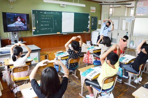 インターネットなどを活用したICT(情報通信技術)教育を一気に進めるGIGAスクール構想の、一つの形を見た思いがした。有岡町の吉美小学校(村上稔校長)の5年生38人がこのほど、自教室に居ながらにして神奈川県横浜市にある日産自動車・横浜工場を見学。現地での工場見学では行われていない「作業員へのインタビュー」なども取り入れられるなど、「オンライン見学」ならではの多様な学びを体験した。