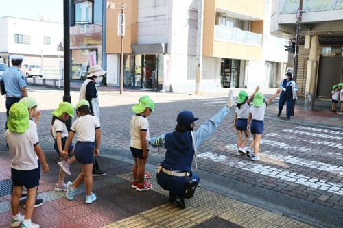 府警ではこの秋から、信号機のない横断歩道では手のひらと顔をドライバーに向けて「合図」してから渡るという「合図横断」の浸透を図っている。その一環として綾部署(畑田英樹署長)は27日、相生町の綾部保育園で交通安全教室を開き、横断歩道の安全な渡り方を年長児らに伝えた。